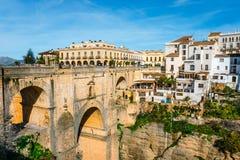 Garganta do desfiladeiro do EL Tejo com ponte nova e casas espanholas brancas em Ronda, a Andaluzia, Espanha fotos de stock royalty free