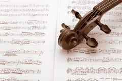 Garganta do violino do vintage que descansa em uma contagem da música imagem de stock