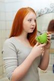 Garganta gargling del adolescente en cuarto de baño Fotos de archivo libres de regalías