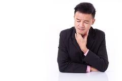 Garganta inflamada de sofrimento do homem de negócios doente Imagem de Stock