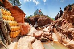 Garganta surpreendente com casas da argila e esculturas do animal Imagens de Stock Royalty Free