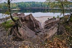 Garganta tallada por el agua sobre el lago Foto de archivo