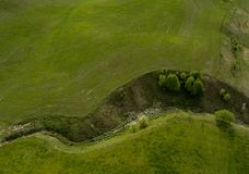 Garganta verde pequena entre lagos - opinião da foto do zangão de cima de imagens de stock royalty free