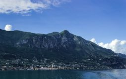 Gargnano-Berge im Hintergrund stockfoto