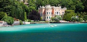 GARGNANO, ITALIA - 25 DE JUNIO DE 2013: Hotel magnífico un chalet Feltrinelli Foto de archivo libre de regalías
