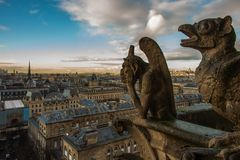 Gargouiile Paris panorama stenar statyer royaltyfri bild