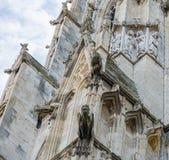 Gargouilles reconstituées sur un mur de cathédrale Photo stock