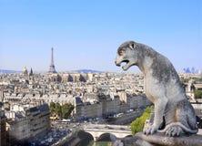 Gargoyle που αγνοεί το Παρίσι επάνω στη Παναγία των Παρισίων, Γαλλία Στοκ Φωτογραφία
