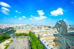 Gargoyle en la catedral de Notre Dame, torre Eiffel en fondo. PA Foto de archivo libre de regalías