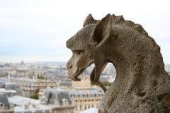 Gargoyle na parte superior do Notre-Dame de Paris imagens de stock royalty free