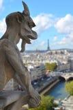Gargoyle på taklägga av Notre Dame Arkivfoton