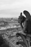 Gargoyle que pasa por alto París Foto de archivo