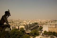 Gargoyle sopra Parigi con la Torre Eiffel nel backg Immagini Stock Libere da Diritti