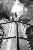Gargoyles espectrais no churchroof Fotos de Stock Royalty Free