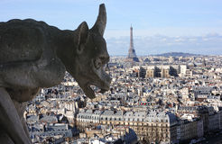 Gargulec na paniusi katedrze w Paryskim patrzejący Eiffel t Zdjęcia Stock