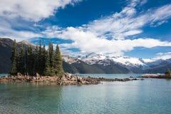 Garibaldi See und schneebedeckter Berg Stockbilder