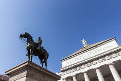 Garibaldi staty och Carlo Felice teater Genoa Royaltyfri Bild