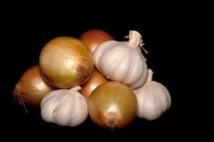 Garic και κρεμμύδια στο μαύρο υπόβαθρο Στοκ Φωτογραφίες