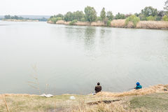 Gariep (橙色)和Vaal河的合流的钓鱼者 库存照片