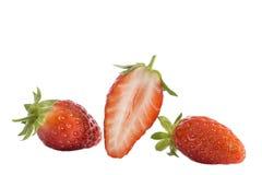 Gariguette français aimé d'isolement de fraises Collection de fruits entiers et coupés de fraise d'isolement sur le blanc Photos stock