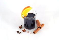 Garjachego funderade vin med kanel och apelsinen Arkivfoton