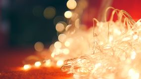 Garland Lights conduzido piscando sob a árvore de Natal close up 4k video estoque