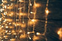 Garland Lights sur le vieux conseil en bois grunge Noël et nouveau voix pour Images libres de droits