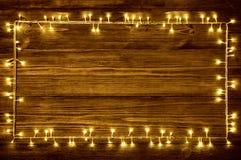 Garland Lights Wood Background ferieträramplankor Arkivbilder