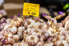 Garlic bunches in a farmers market Royalty Free Stock Photography