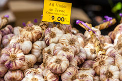 Garlic bunches in a farmers market Stock Images
