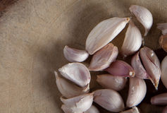Garlic on a chopping block Stock Photography