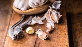 garlic Cravos-da-índia de alho e bulbo do alho na bacia de madeira do vintage Imagens de Stock Royalty Free