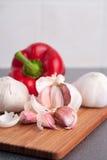 Garlic on cutting board Royalty Free Stock Photography