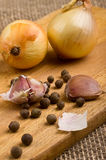 Garlic on a cutting board  on burlap background Royalty Free Stock Photography