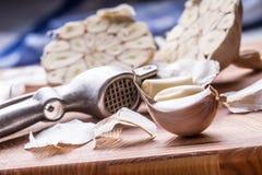 garlic Grupo do alho fresco com ervas do aipo Imagens de Stock