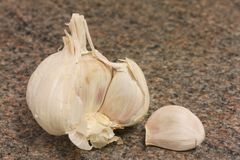 Garlic on kitchen worktop Royalty Free Stock Photos