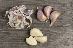 Garlic peeling on wooden plate top view Stock Photos
