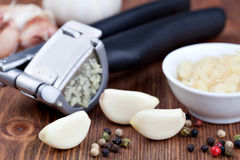 Garlic press and garlic Royalty Free Stock Photography