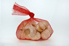 Garlic in red net Royalty Free Stock Photos