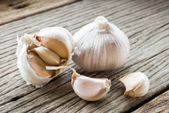 Garlic on wood Royalty Free Stock Images
