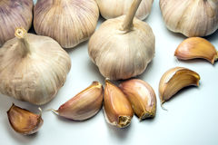 Garlics στο άσπρο υπόβαθρο, συστατικό τροφίμων Στοκ Φωτογραφίες