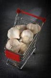 Garlics im Lebensmittelgeschäftwagen lizenzfreies stockfoto