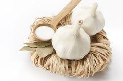 Garlics, Lorbeer und Salz stockfotografie