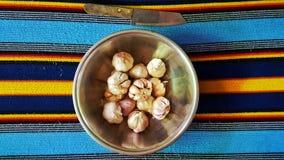 Garlics na bacia Fotos de Stock