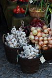 Garlics and onions in a market Royalty Free Stock Photography