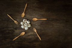 Garlics op houten raad Stock Fotografie