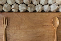Garlics op houten raad Royalty-vrije Stock Foto's