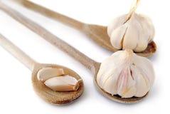 Garlics y cucharas fotos de archivo libres de regalías
