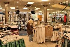 garment shop woman young Fotografering för Bildbyråer