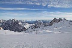 Garmisch Германия ландшафта голубого неба зимы лыжи снега горы горных вершин Zugspitze Стоковое Изображение